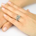 Wyjątkowy pierścionek z brylantami bagietowymi