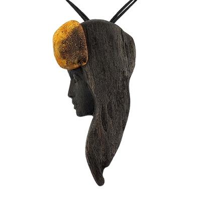 zawieszka z drewna czarnego dębu i bursztynu bałtyckiego na rzemieniu