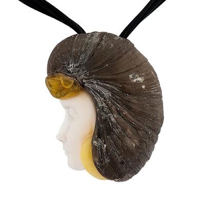 zawieszka z muszli cassis cornuta, skamieniałej muszli i bursztynu