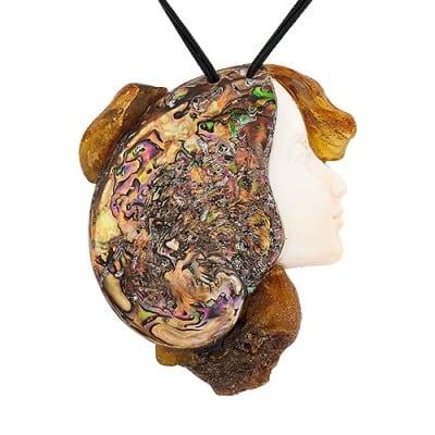 Naszyjnik z zawieszką z muszli cassis cornuta,muszli perłowej i bursztynu